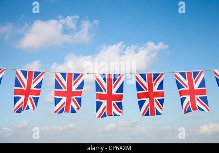 Bunting avec Union Jack UK flag against blue sky Banque D'Images