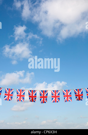 Bunting avec Union Jack UK flag against blue sky Banque D'Images