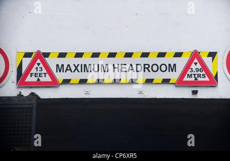 Panneau d'avertissement de la hauteur pour les véhicules qui circulent sous bas tunnel Banque D'Images