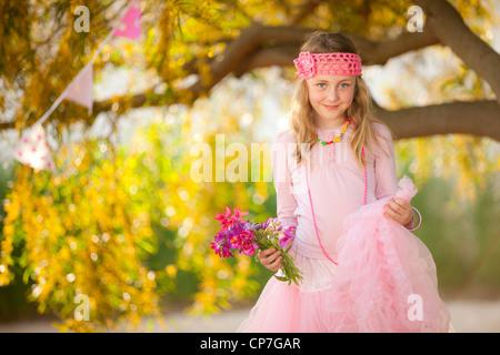 Pretty Little fashion girl in pink robe de demoiselle partie ou Banque D'Images