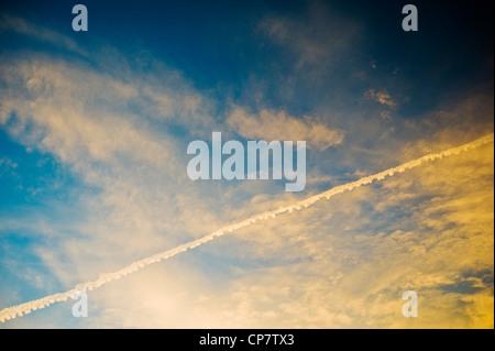 Jet Aviation commerciale sur une traînée de crépuscule coucher du soleil Ciel bleu clair