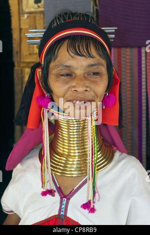 Elk208-3391v Thailande, Mae Hong Son domaine, village de réfugiés birmans, Rouge femme thaïlandaise Banque D'Images