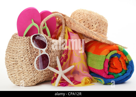 Sac de plage avec serviette,tongs et lunettes de soleil. Banque D'Images