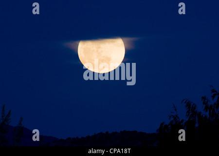 Pleine lune, Perigree ou supermoon, s'élève au-dessus de Salida, Colorado, USA. La lune est plus près de la Terre Banque D'Images
