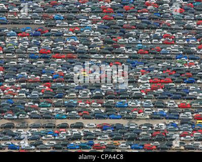 Image aérienne de voitures dans un parking Banque D'Images