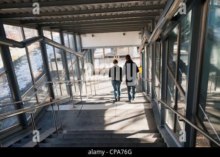 Couple à une station de métro Banque D'Images