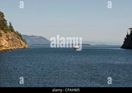 États-unis, WA, îles San Juan. Catamaran à moteur amarré dans la baie de ronflement Sucia Island State Park. Banque D'Images