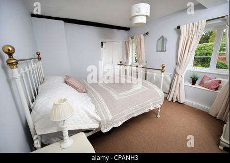 Un lit traditionnel dans un chalet chambre UK Banque D'Images