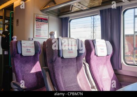 Des sièges vides dans une première classe sur un train trans Pennine Banque D'Images
