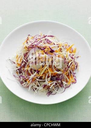 Assiette de chou râpé et carotte Banque D'Images