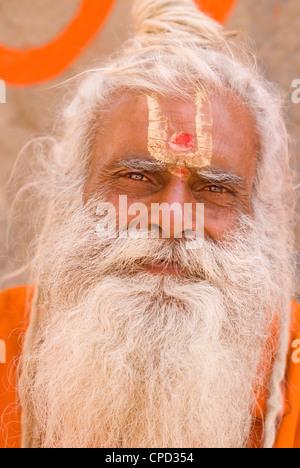 Saint homme (Sadhu), Varanasi, Uttar Pradesh, Inde, Asie Banque D'Images