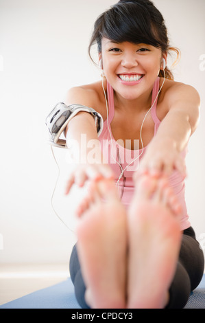 Pacific Islander woman stretching avant l'exercice