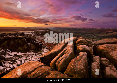 Lever du soleil d'hiver glacial, Froggatt et Curbar Edge, parc national de Peak District, Derbyshire, Angleterre, Banque D'Images