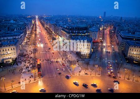 Les Champs Elysées la nuit de l'Arc de Triomphe, Paris, France, Europe Banque D'Images