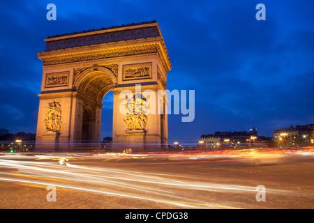 Le trafic à l'Arc de Triomphe la nuit, Paris, France, Europe Banque D'Images