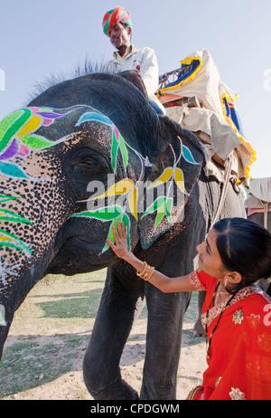 Femme en sari coloré peint avec un éléphant de cérémonie à Jaipur, Rajasthan, Inde, Asie Banque D'Images