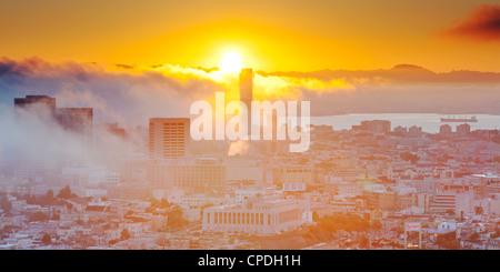 L'horizon brumeux de San Francisco, Californie, États-Unis d'Amérique, Amérique du Nord Banque D'Images