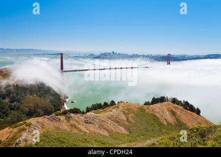 Golden Gate Bridge et l'horizon de San Francisco flottant au-dessus du brouillard sur un jour brumeux de San Francisco, Banque D'Images
