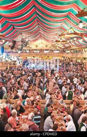 Hall de bière à la fête de la bière de Stuttgart, Cannstatter Wasen, Stuttgart, Germany, Europe Banque D'Images