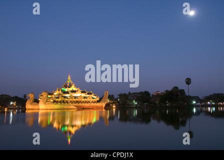 Barge Karaweik en fin de soirée, le Lac Kandawgyi, Yangon (Rangoon), le Myanmar (Birmanie), l'Asie Banque D'Images