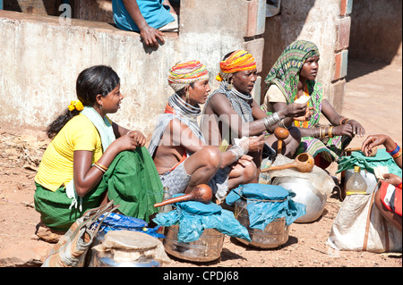 Bonda tribeswomen portant des perles traditionnelles caps, Rayagader, Orissa, Inde Banque D'Images