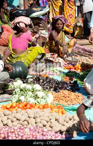 Mali tribeswomen vendre des légumes au marché hebdomadaire, Rayagader, Orissa, Inde, Asie Banque D'Images