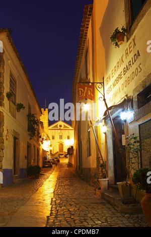 Rua Direita de nuit, la rue pavée qui traverse la ville fortifiée d'Obidos mediaval, Estremadura, Portugal, Europe Banque D'Images