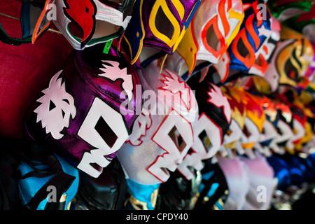 Lucha Libre (coloré) masque catch mexicain en vente sur un étal à l'aréna local dans la ville de Mexico, Mexique. Banque D'Images