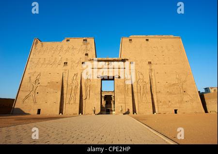 Pylône, Temple d'Horus, Edfou, Egypte, Afrique du Nord, Afrique Banque D'Images