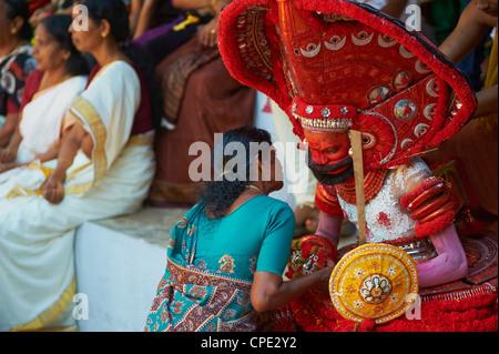 L'homme en costume représentant un dieu à la cérémonie du Teyyam, près de New Delhi, Inde, Asie Banque D'Images