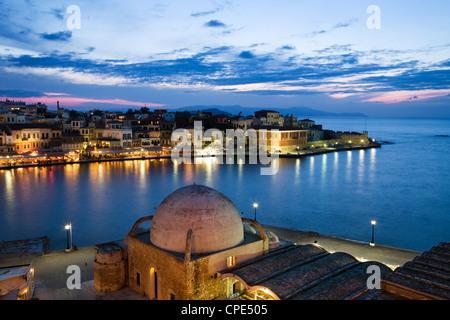 Port Vénitien et la mosquée des janissaires au crépuscule, La Canée (Hania), région de La Canée, Crète, îles grecques, Banque D'Images