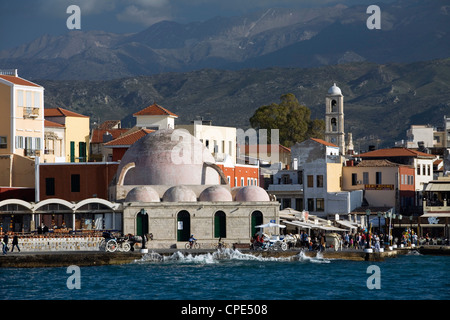Vue sur Port Vénitien à la mosquée des janissaires, La Canée (Hania), région de La Canée, Crète, îles grecques, Banque D'Images