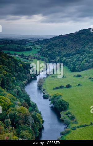 Regardant vers le bas sur la rivière Wye de Symonds Yat Rock, Herefordshire, Angleterre, Royaume-Uni, Europe