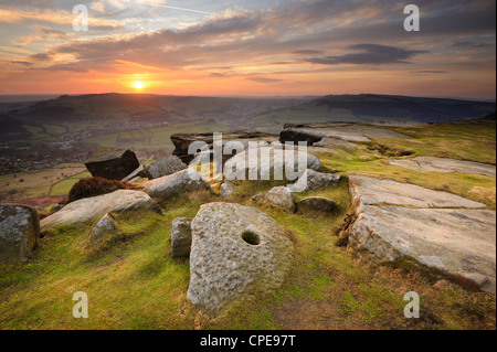 Coucher de soleil sur meules, Froggatt et Curbar Edge, parc national de Peak District, Derbyshire, Angleterre, Royaume Banque D'Images