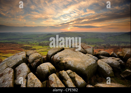 Coucher de soleil sur Buxton, Curbar Edge, parc national de Peak District, Derbyshire, Angleterre, Royaume-Uni, Banque D'Images