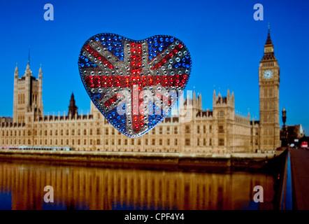 Réfléchissant en forme de coeur motif Union Jack Flag mousseux avec des Maisons du Parlement derrière Westminster Banque D'Images