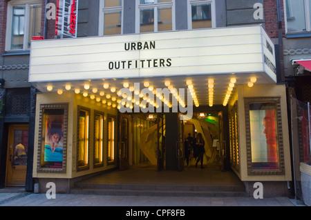 Boutique de vêtements Urban Outfitters rue Biblioteksgatan Östermalm  Stockholm Suède Europe centrale Banque D Images 09d699837c47