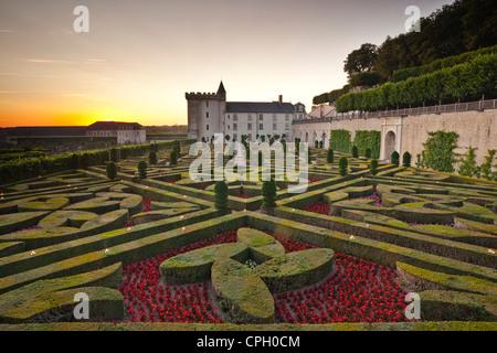 Le château et jardins de Villandry dans l'historique vallée de la Loire au coucher du soleil. Banque D'Images