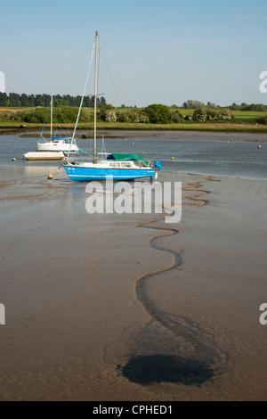 Bateaux dans la vase à marée basse. L'estuaire de la rivière Deben, Woodbridge, en Angleterre. Banque D'Images