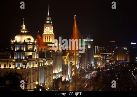 Chine Shanghai Bund dans la nuit, les voitures des marques drapeaux obscurci Banque D'Images