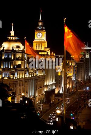 Chine Shanghai Bund la nuit les voitures, Drapeaux Banque D'Images