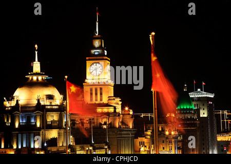 Chine Shanghai Bund dans la nuit Réveil Drapeaux Banque D'Images