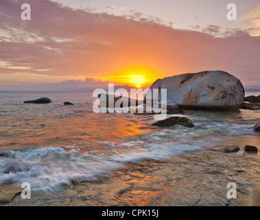 Virgin Gorda, îles Vierges britanniques, les Caraïbes Coucher de soleil illumine la plage aux bains National Park Banque D'Images