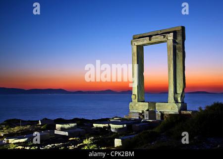 La Portara ('Grande porte') de l'île de Naxos, probablement Temple d'Apollon (d'autres disent de Dionysos), Cyclades, Banque D'Images