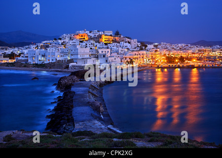 """La Chora ('capital"""") de l'île de Naxos avec le château de Sanoudos sur le dessus, vu de la 'Portara', Cyclades, Banque D'Images"""