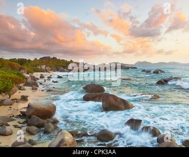Virgin Gorda, îles Vierges britanniques, les Caraïbes lumière du soir sur la plage de Little Trunk Bay près de Les Banque D'Images