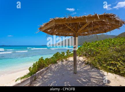 Virgin Gorda, îles Vierges britanniques, les Caraïbes palapa sur la plage de Savannah Bay Banque D'Images