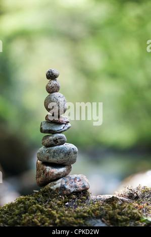 Pierres équilibré empilées au bord d'une rivière dans la campagne anglaise Banque D'Images