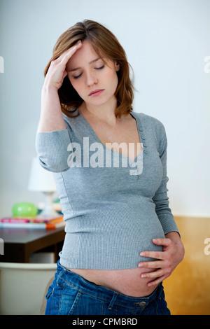Femme enceinte avec maux de tête Banque D'Images