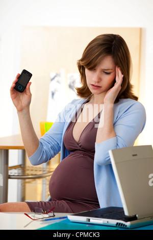 Femme enceinte AU TRAVAIL Banque D'Images
